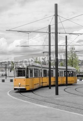 Fototapeta Żółty tramwaj ulicą dużego miasta