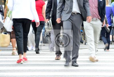 Zróżnicowany tłum przekraczania ulicy