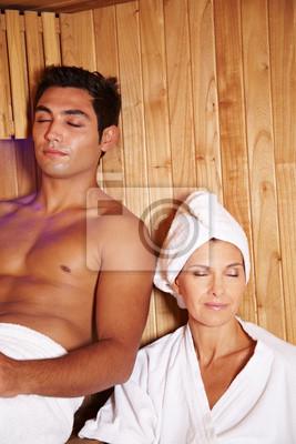 Zwei Leute w saunie