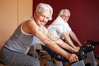 Zwei Senioren beim Spinning