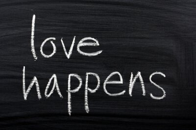Fototapeta Zwrot Love Happens napisane na tablicy