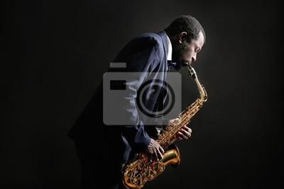 Naklejka African American muzyk jazzowy odtwarzanie saksofon na szarym tle