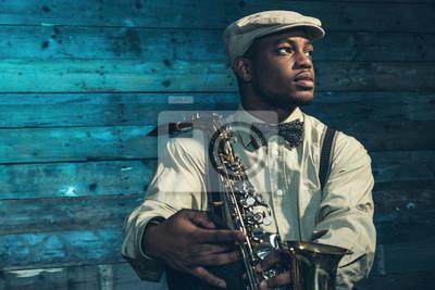 Naklejka Afryki amerykański muzyk jazzowy z saksofon przed starym wo