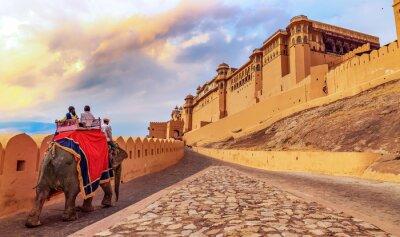 Naklejka Amer Fort Jaipur - Turyści lubią przejażdżkę słonia o wschodzie słońca