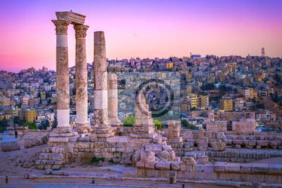 Naklejka Amman, Jordania, jego rzymskie ruiny w środku starożytnego parku cytadeli w centrum miasta. Zachód słońca na panoramę Ammanu i starego miasta miasta z ładnym widokiem na zabytkową stolicę Jordanii.