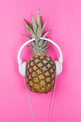 Naklejka Ananas z białymi słuchawkami na różowym tle