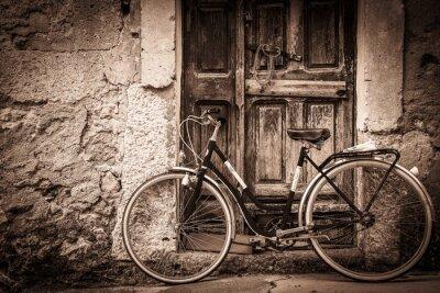 Naklejka antyczne rowerów i starożytny drewniane drzwi