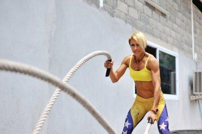 Naklejka Athletic młoda kobieta robi ćwiczenia CrossFit z liny O
