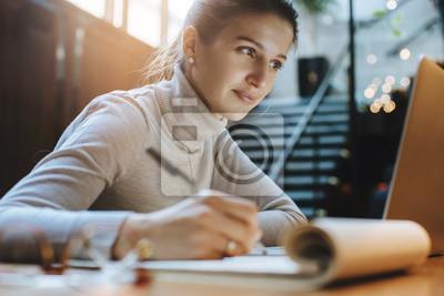 Naklejka Atrakcyjna kobieta czyta dobre wieści od partnerów biznesowych na laptopie