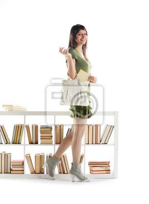 Atrakcyjna młoda kobieta z książką