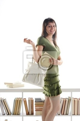 Atrakcyjna młoda kobieta z książką w torebce