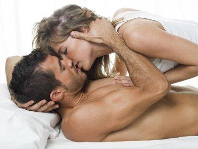 Naklejka atrakcyjna para zakochanych pod białych prześcieradeł