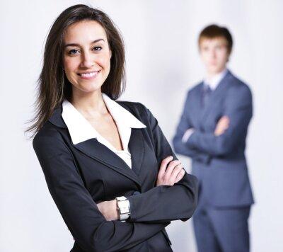Atrakcyjne businesswoman z rękami skrzyżowanymi.