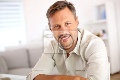 Naklejka Atrakcyjne uśmiechnięta człowiek relaks w domu