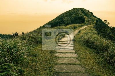 Naklejka Bajka krajobraz i odskocznia ścieżka na wzgórzu na horyzoncie w Caoling Historic Trail na Tajwanie