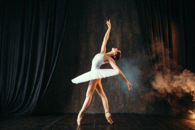 Naklejka Balerina w białej sukni tańczy w klasie balet