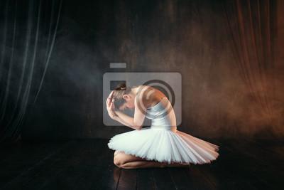Naklejka Baleriny w białej sukni siedzi na scenie