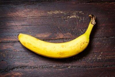 Naklejka Banan na ciemnym drewnianym stole ol