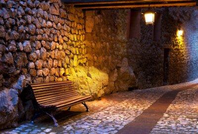 Naklejka Banco pl Calle de pueblo iluminado por farolillos