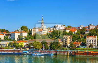 Naklejka Belgrad od rzeki Sawy z riverboats turystycznych na słoneczny dzień, Serbia