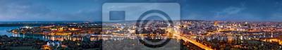 Naklejka Belgrade panorama w nocy, Dunaj i Sava rzek zlania, światła miasta z niebieskiego nieba