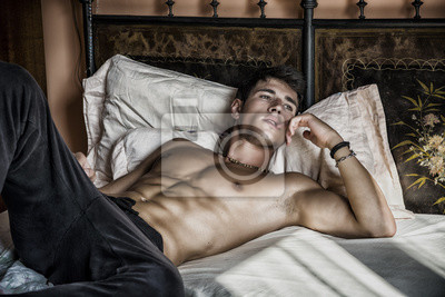 Naklejka Bez koszuli sexy model mężczyzna leżący samotnie na łóżku
