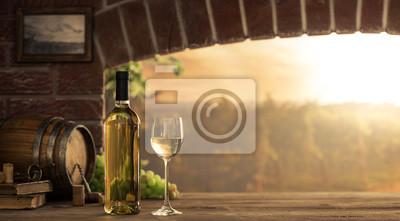 Białe wino degustuje w piwnicy