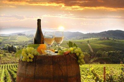 Naklejka Białe wino z Barell w winnicy, Chianti, Toskania, Włochy