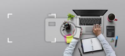 Naklejka Biuro pracy z laptopem, notebook, strony, materiały biurowe, na szarym tle. Rozwiązanie, planowanie biznesowe, analiza finansowa, księgowość, uruchomienie lub praca płaska koncepcja widoku górnego.