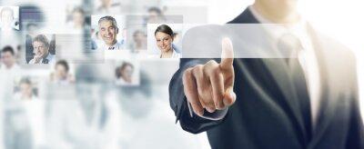 Biznesmen i interfejs ekranu dotykowego