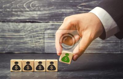 Naklejka Biznesmen kładzie blok ze zdjęciem dolarów. Akumulacja kapitału i udany biznes. Zwiększony budżet i zyski w zespole. Zwiększ fundusz inwestycyjny. Oszczędzać pieniądze. Boom gospodarczy