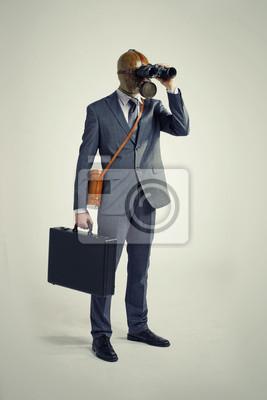 Biznesmen patrząc przez lornetkę