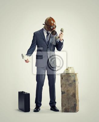 biznesmen z gasmask na telefon