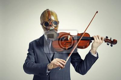 Biznesmen z maską gazową, gra na skrzypcach