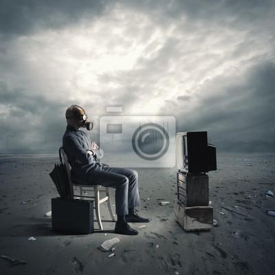 Naklejka Biznesmen z maską gazową oglądania telewizji