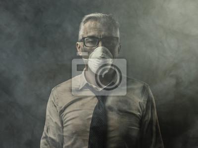 Biznesmen z maską i zanieczyszczeniem powietrza