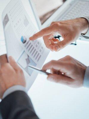 Biznesmeni badający sprawozdanie finansowe