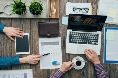Biznesmenów pracujących w biurze