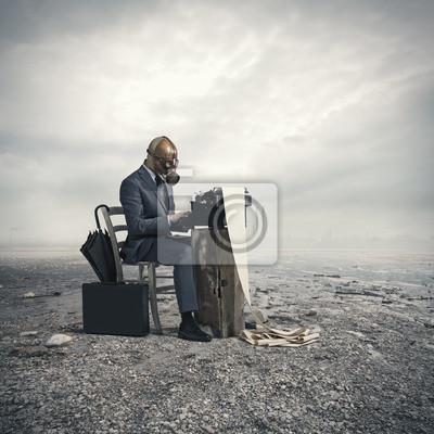 biznesu na sobie maski gazowej, pisać starej maszynie do pisania