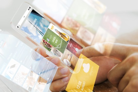 Naklejka Biznesu, technologii, mediów i ludzi koncepcji - zamknąć płci męskiej dłoni trzymającej przezroczyste smartphone z internetowych wiadomości na stronie internetowej