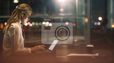 Naklejka Bizneswoman pracuje nadgodzinowy w biurze