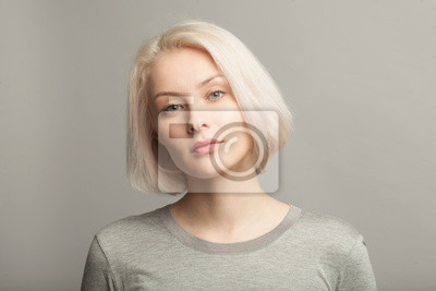 Naklejka bliska portret młodej pięknej kobiety blondynka na szarym tle