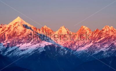 Naklejka blisko strzał czerwonawe szczyty górskie podczas słońca