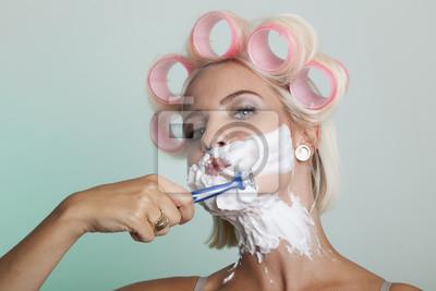 Blondine Rasiert Sich Mit Einem Ihren Damenbart Rasierer Einweg Naklejki Redro