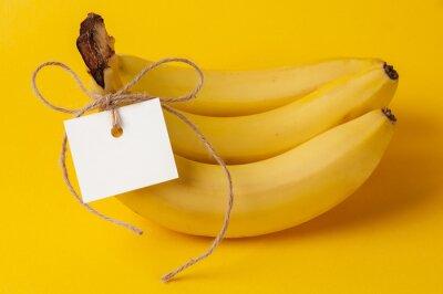 Naklejka Bukiet dojrzałych bananów z etykietą na żółtym