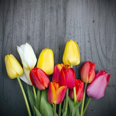 Naklejka Bukiet Tulipanów na ciemnych Drewnianych deskach