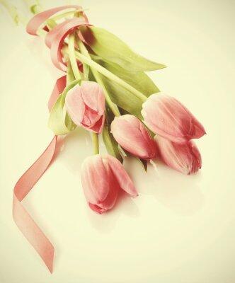 Naklejka Bukiet z różowych tulipanów, które są związany przez taśmy jedwabiu.