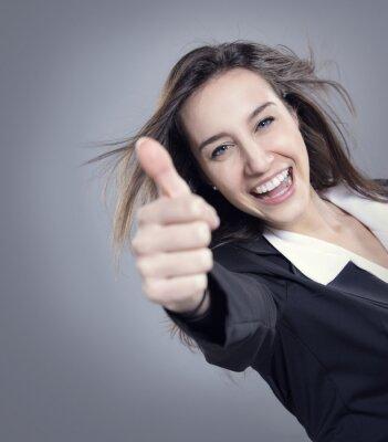 Businesswoman pokazano kciuki do góry znak