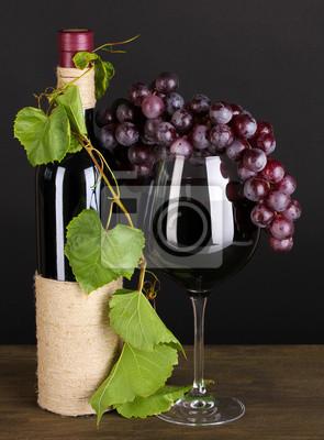 butelka wina z liśćmi winogron