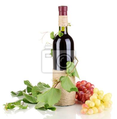 butelka wina z liśćmi winogron na białym